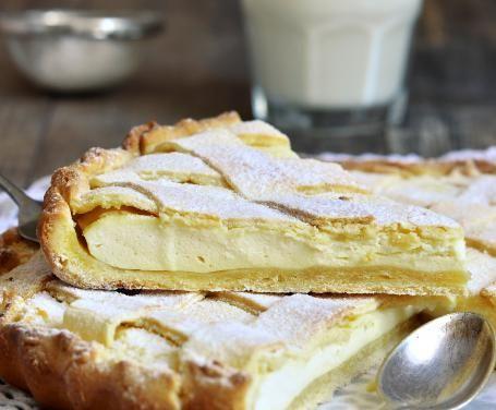 Preparate una crostata classica con pasta frolla ripiena con una crema di yogurt che profuma di limone: fresca e appetitosa, si prepara facilmente.
