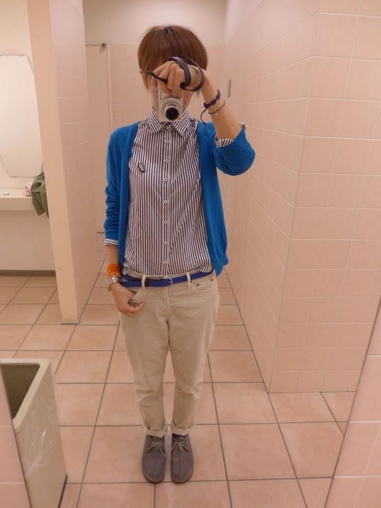 母からのお下がりのシャツにUNIQLOのカーディガン、パンツはGAP。  ベルトもカーディガンに合わせてブルーを。