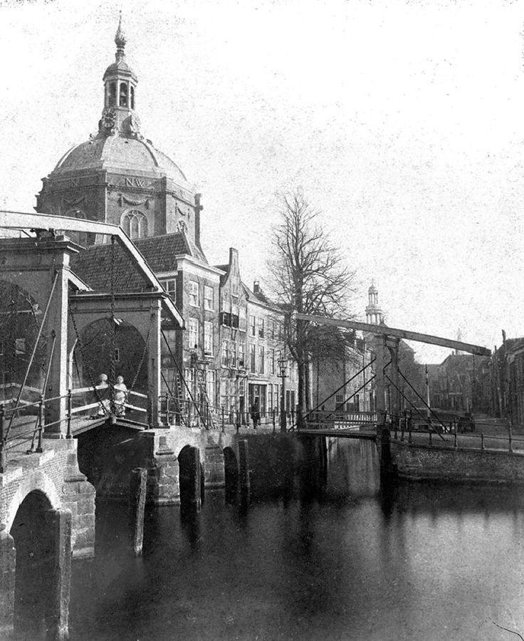 De Lange Mare vanaf de Alkemadebrug. Links de Marekerk en rechts de Hartebrugkerk, nog met de oude toren die in 1892 door de huidige is vervangen. Op de voorgrond links de Marebrug over de Oude Vest en rechts de Touwersbrug over de Lange Mare (medio 19ᵉ eeuw).
