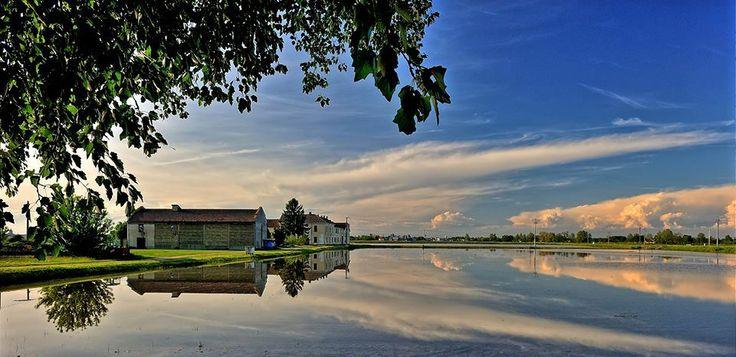 Cascina Burattina, Mortara. Il cielo e le nubi riflesse nelle risaie in primavera. Pic: Leonetto Strambi. #Lomellina #turismo #riso #rice