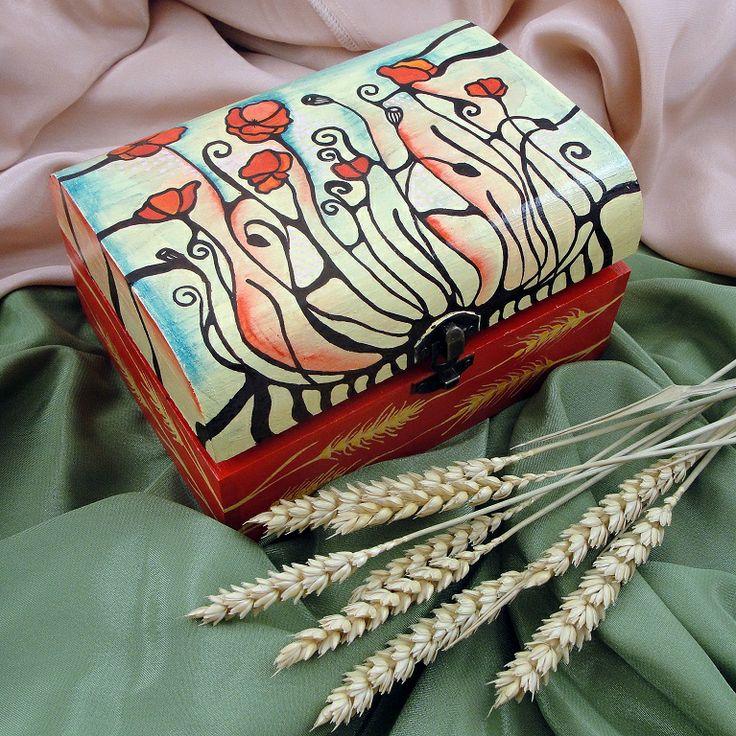 Cutie de lemn pentru bijuterii, pictata manual. Mai multe detalii si produse aici: http://www.myneverland.ro/lucrari/view/cutiii-de-lemn-pictate