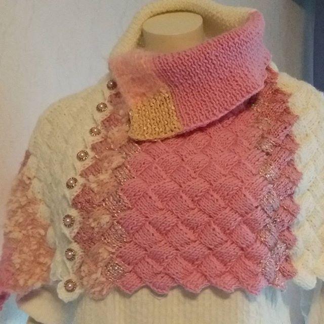 #design_by_itu #byitu #design #Sari #sariponcho #vaaleanpunaistaunelmaa 💕 #vaaleanpunainen 🌹 #valkoinen #konttineule #konttineuleponcho #käsinneulottu #neulottu #sinivalkoinenkädenjälki #sinivalkoinenjalanjälki #käsityö #käsityökortteli