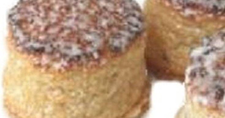 Fabulosa receta para Mazapanes de Soto. El Mazapán de Soto es un tipo de mazapán de origen árabe, que  se elabora en Soto en Cameros (La Rioja, España).  Este mazapán es algo diferente del mazapán de Toledo, dado que además de almendra molida y azúcar, también lleva esencia de limón y una porción de almendra amarga. Su base es de oblea y se hornea tras  un baño de jarabe.   El mazapán de Soto inició su elaboración a nivel industrial en 1870, debido a que Sor Purificación Redondo Tejada…