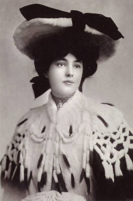 Evelyn Nesbit, the beautiful artists' model and chorus girl over whom famed architect Stanford White lost his life. KA