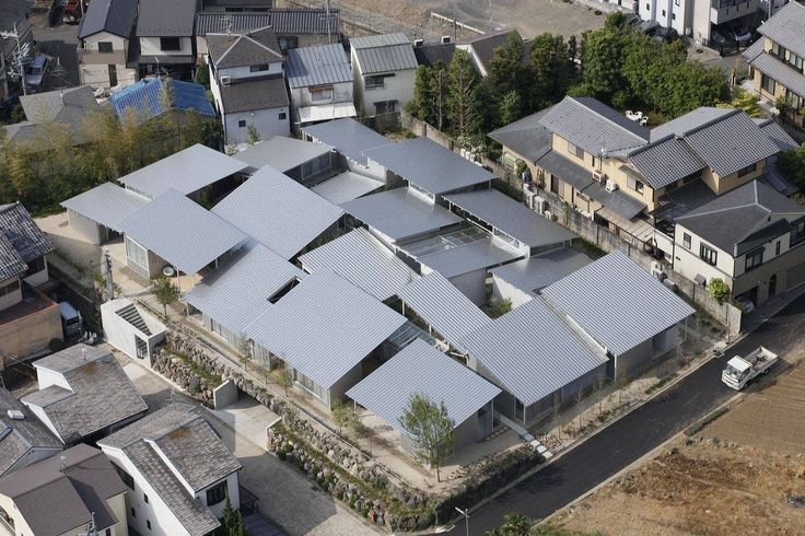 Nishinoyama House by Kazuyo Sejima & Associates / 京都郊區西野山共 10 戸的集合住宅,看似房間的集合,實際上每個單元都是完全獨立,包含約 40 個房間與 20 個内部花園。  屋頂為延續古都特色規定要有一定的坡度,21 座此起彼落的斜屋頂像是一座微型村落,金屬斜屋頂有別於傳統,彼此之間没有交會的屋脊,而是形成一個彼此分離的綜合體。