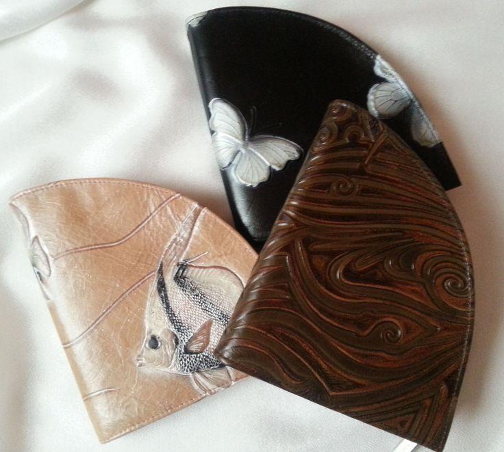 Geldbörseaus geprägtem Rindsleder in extravagantem Design von déqua in geprägtem Tatoo- Ornament. Dieses Portemonnaie besticht durch seine ungewöhnliche Form und bietet sogar genügend Platz für das iPhone5. Praktisch, extravagant, zum Verlieben!