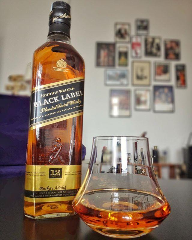 Yeni bir viski kadehini değerlendirirken farklı koku profillerine sahip tek malt harman burbon gibi değişik viskiler kullanmak önemli. Objektif bir değerlendirme yapmak için de yıllar içinde çok farklı bardak ve kadehlerle denediğim ve burun profili beynime kazınmış klasik bir viskiyi de mutlaka test panelime ekliyorum Denver & Liely kokuları güçlendirmek için üretilmiş snifter kadehlerin formunu evde günlük kullanıma uygun tumbler viski bardakları ile melezleyebilmiş şık bir…