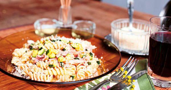 Carbonara är en av mina favoriträtter. Här är en liten     annorlunda variant, som innehåller zucchini och kokt skinka i     stället för pancetta eller bacon. Men det är skillnad på kokt     skinka och kokt skinka. Att lägga lite tid på att hitta en bra sort     är det som lyfter den här rätten till något riktigt speciellt.     /Paolo     Receptet kommer från kokboken Italiensk fastfood.