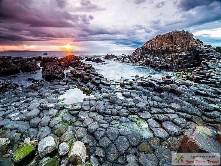 Giants Causeway Beach, Ireland Causeway Beach, renumit pentru coloanele sale poligonale de bazalt stratificat, este singurul Patrimoniul Mondial UNESCO în Irlanda de Nord. Rezultă dintr-o eruptie vulcanică acum 60 de milioane de ani, acesta este punctul focal al unui spatiu desemnat de remarcabilă frumusete naturală și a atras vizitatori de secole.