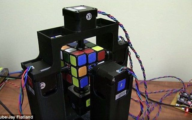 Rubik's Cube Solver, il robot che risolve il cubo di Rubik in meno di 1.2 secondi Un robot in grado di risolvere il Cubo di Rubik in appena 1.2 secondi. Si chiama Rubik's Cube Solver ed è il robot detentore del record mondiale di velocità nel risolvere il più noto rompicapo al mon #arduino #cubodirubik #robotcuborubik
