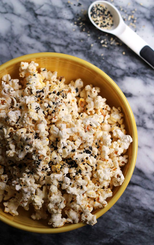 It doesn't have to be breakfast to get your everything bagel fix! This everything bagel popcorn is seasoned to taste just like your favorite bagel…and you can eat it anytime! #ourJOLLYTIME #ad