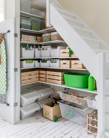 Onmisbaar in elk huishouden: een voorraadkast. Heb je een trapkast? Geef deze dan een handige make-over. Hallo voorraadkast!