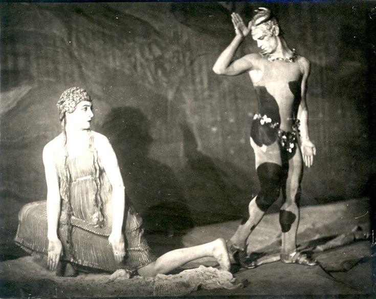 Vaslav Nijinsky and Flore Revalles in the ballet L'Aprés-midi d'un Faune. Photograph by Karl Struss, New York City, 1916. Howard D. Rothschild Collection. b MS Thr 414.2 (130). Bequest, 1989.