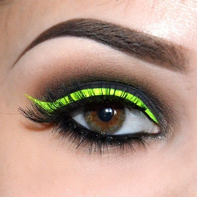 Wake up your neutrals with a splash of neon eyeliner! ⚡️ inspiration via @jenmiamakeup. #prom green eyebrow