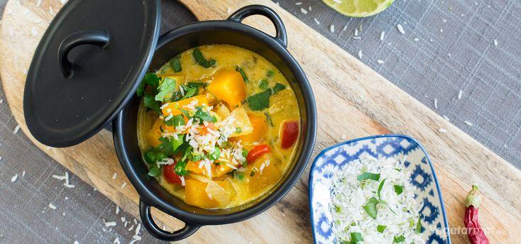 En het gryte inspirert av det indiske kjøkken, med smaker som karri, chili, lime og kokos. Vi har laget den mild og rund. Om du liker det litt skarpe og sterke – bruk hele chilien! Prøv denne smakfulle vegetarretten eller en av våre mange andre vegan- og vegetaroppskrifter.