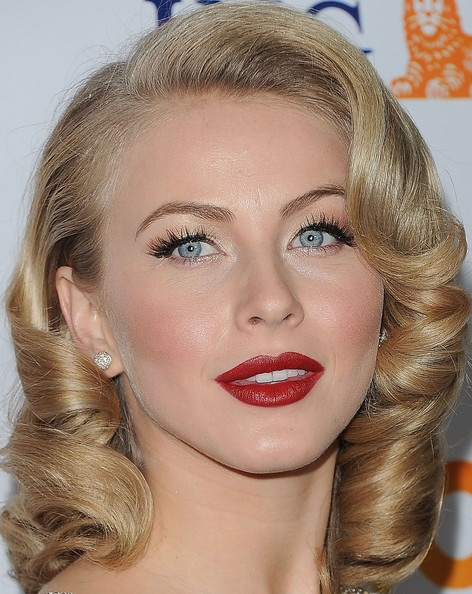 Julianne Hough.  Can I be you please: Juliannehough, Medium Curls, Julianne Hough, Wedding Hair, Chic Hairstyles, Red Lips, Hair Makeup, Hair Style, Hair And Makeup