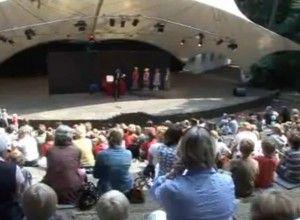 Goochelaar en buikspreker Aarnoud Agricola in openluchttheater Cabrio in Soest.