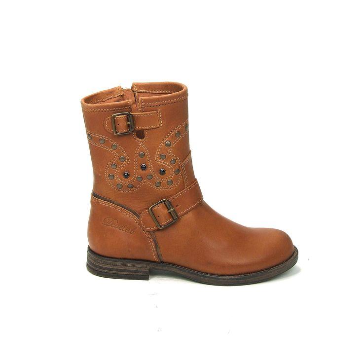 Stoere meisjes laarzen van het merk Develab, model 5115! Deze laarsjes zijnuitgevoerd in cognacbruin glad leer met op de schacht verschille...