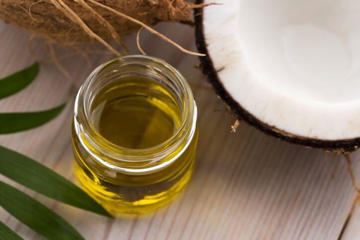 Kokosový olej je malý kosmetický zázrak, jež se stal základem spousty domácích receptů. Kdo ho vyzkoušel, nemůže si ho vynachválit. Má totiž prokázané protizánětlivé a hydratační účinky. Je složen zmastných nasycených kyselin, které obsahují velké množství antioxidantů, a proto působí jako přírodní antibiotikum. Kokosový olej také napomáhá při léčbě nejrůznějších kožních problémů, jako jsou ekzémy, …