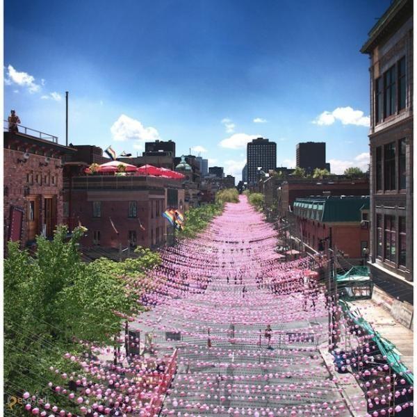 """Улица Сент Кэтрин – #Канада #Провинция_Квебек #Монреаль (#CA_QC) Тысячи розовых шариков украшают улицу Sainte-Catherine и являются инсталляцией, приуроченной к фестивалю """"Aires Libres"""", проходящему в городе с мая по сентябрь.  ↳ http://ru.esosedi.org/CA/QC/1000074912/ulitsa_sent_kyetrin/"""