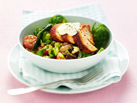 Kryddig kyckling med fräsch bönsallad, lagad på ett kick! Rätten passar också bra i matlådan – toppa då med romansalladen så att den håller sig krispig och god.