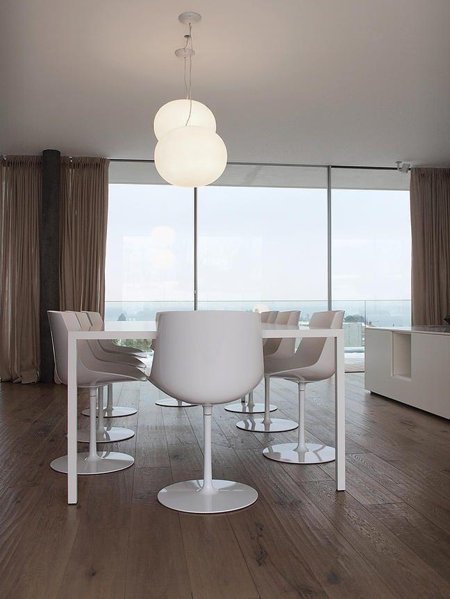 Progetto di arredamento per il soggiorno, con divano, mobili contenitori, tavolo, sedie e lampade.