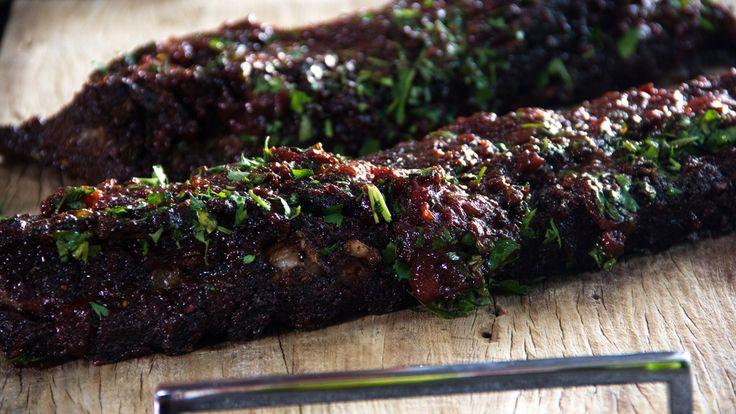 Costela de porco com molho barbecue  Carne é marinada em diversas especiarias como cardamomo, açúcar mascavo, anis estrelado e cominho. | Perto do Fogo com Felipe Bronze.