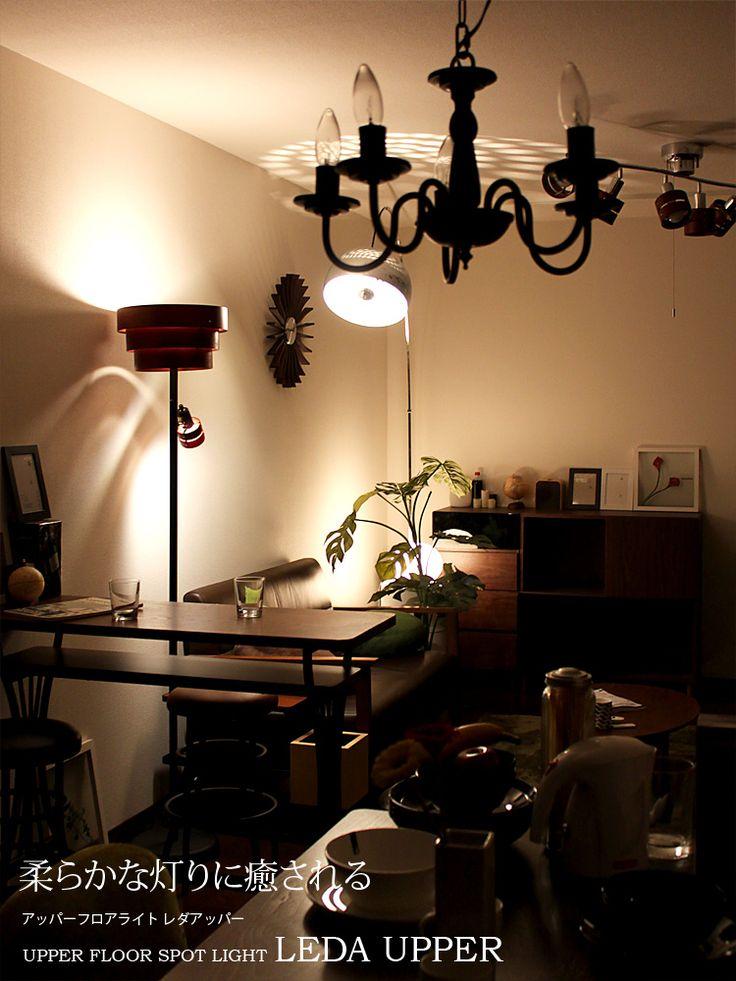【LEDA UPPER -レダアッパー-】大きなウッドリングが目を引くフロアライト。アッパーライトは光源が直接目に入らないため、優しい灯りをお部屋に放ってくれます。小さなスポットライトでお気に入りを照らしても素敵です。