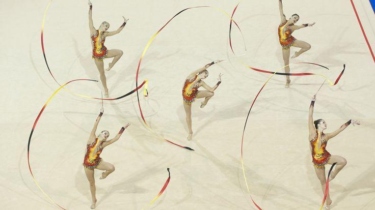 Miembros del equipo de Brasil en la final de gimnasia rítmica