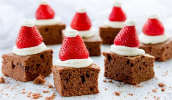 Brownie de Navidad fácil, creativo y rico. Brownie de Navidad original. Brownie Navideño. Pincha la imagen y podrás ver el paso a paso de la Receta  y mas ideas. http://mundoreceta.blogspot.com/2016/12/postres-navidenos-originales-faciles.html