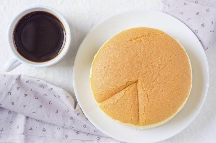 Elképesztő népszerűségnek örvend a mindössze három alapanyagból álló légiesen könnyű sütemény, ami egy csokiszuflé és egy sajttorta erényeit egyesíti. Mutatjuk is a receptet – videóval!