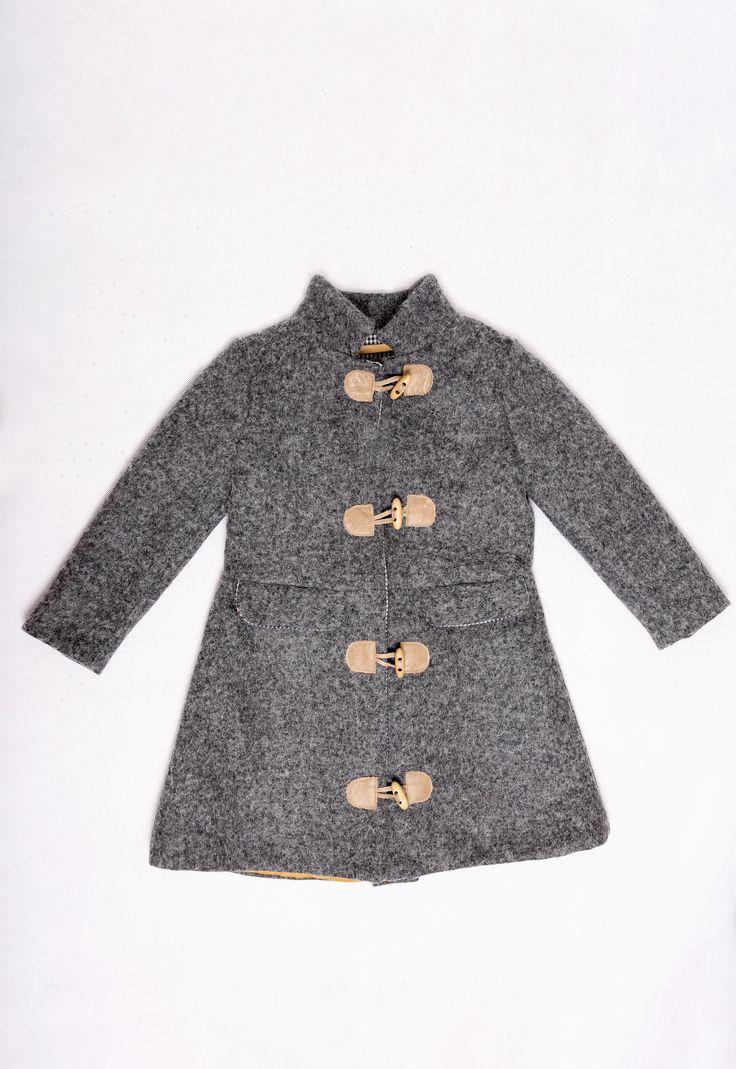Lorita / Płaszczyk. Elegancki płaszczyk w stylu angielskim, zapinany na drewniane guziczki i skórki, ocieplany pikowaną pdszewką w kolorze miodowym i bawełną w angielską kratę, z tyłu kontrafałda, jesienno-zimowy