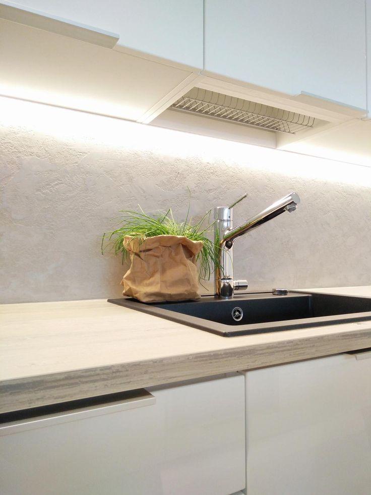 Uudenkarheassa keittiössä on kvartsikomposiittiallas ja hartsipinnoitteinen välitila. - Unique Home