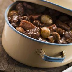Préparer la marinade 24 h à l'avance. Dans une casserole inoxydable, faire bouillir le vin rouge et le flamber.
