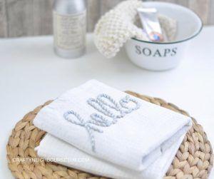 Bestickte Handtücher im Beachlook sind ein zauberhaftes Geschenk. Auf Craftyneighboursclub.com findest du eine Schritt für Schritt Anleitung