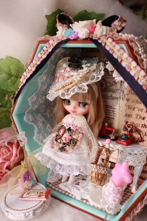custom blythe and cute box display by Idol Hearts, I love this little box scene so much too adorable, same with this blythe!