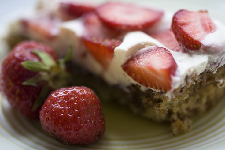 Mandelbund (glutenfri) - Denne klassiker som pryder bagerens vindue i sommerhalvåret kan du sagtens selv lave. Den hjemmelavede mandelbund overtrukket med chokolade og fyldt med creme overdækket af saftige jordbær slår ald…