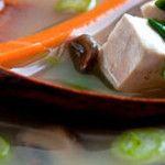 Στιφάδο με τόφου και λαχανικάΤο Tofu και το λευκό miso κάνουν αυτό το πολύχρωμο πιάτο, ιδανικό για όλες τις εποχές.2-3 ΜερίδεςΣυστατικά:-1 πακέτο βιολογικό τόφου φυσικό ή καπνιστό, κομμένο σε κύβους-2 κρεμμύδια, καθαρισμένα και κομμένα σε κύβους-2 καρότα μεσαία, κομμένα σε κύβους-236g κουνουπίδι, κομμένο σε μπουκετάκια-118g αρακά-2 φύλλα δάφνηςΓια καρυκεύματα:- 2 ...