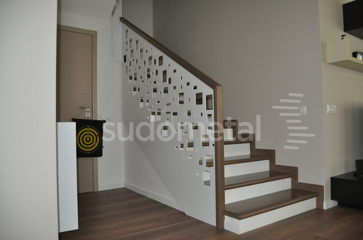 Balustrada din tabla debitata pe laser, cu mana curenta din lemn de stejar, trepte si contratrepte din lemn ;