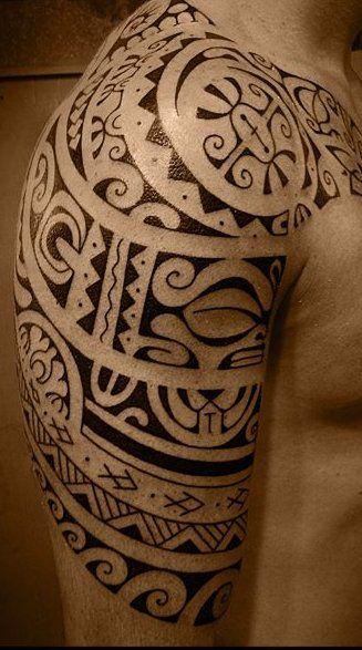Tatoo sur Haut Bras Masculin de Dessin Polynésien aux Strips de Symboles Marquisiens et Tiki