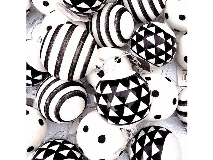 6-Il-Natale- nordico-20- ispirazioni-design-scandinavo-addobbi-albero-palline-bianco-nero