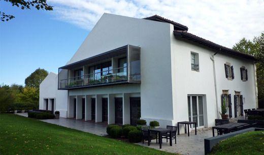 L'Auberge Basque, une auberge aux deux visages mariant le passé au contemporain, un lieu de vie et de rencontre, est ouverte à tous dans un environnement naturel préservé.