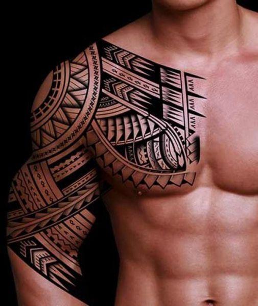 Tribal welches den Verlauf der Muskeln unterstreicht (sowohl Schulter als auch Arm)