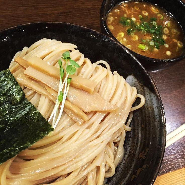 #麺や よかにせ #大阪#十三 つけ麺大盛りを注文麺は極太麺がおそらく最適全部トッピングのよかにせ盛りを頼むとつけ麺界では異例の1300円台くらいになりそうでありえないのでトッピングはなし 麺はツルツルしていてコシもあるが麺自体の味がほぼ無いつけ汁は魚介豚骨スープでありサラッとしているが味は動物系が効いて濃厚な味わいで極太麺とうまく絡むスープの味が効いてる分麺の味は控えめでいいのかもしれないがもう少し小麦の旨味を主張してほしかったかな途中で玉ねぎのフルーツ酢漬けを入れると味に変化をもたらすがただの刻み玉ねぎで十分な気がする時屋みたいに最後にいただける〆ご飯は出汁が効いた感じはなくパッとしなかったでも全体的にうまかった よかにせは九州のほうで男前の意味があるらしいく実際店主も山田孝之似でカッコよかった #ラーメン#ramen#十三#つけ麺#ラーメンインスタグラマー#ラーメン倶楽部#麺スタグラム#ラー写#ラー活#ラーメン部大阪#麺や よかにせ#麺やよかにせ#よかにせ#85点 by shinji_caffeins