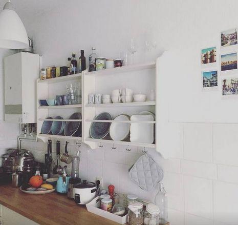Stimmungsvolle Küche Mit Offenen Geschirr Regalen, Tellern, Tassen,  Gewürzen Und Weiteren Küchenuntensilien