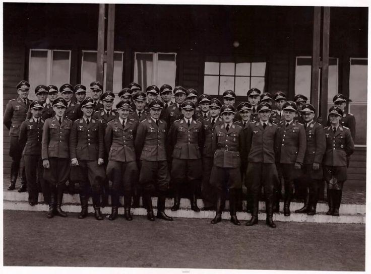 General der Fallschirmtruppe --- Im Kreis seiner Stabsoffiezier im Sommer 1944.