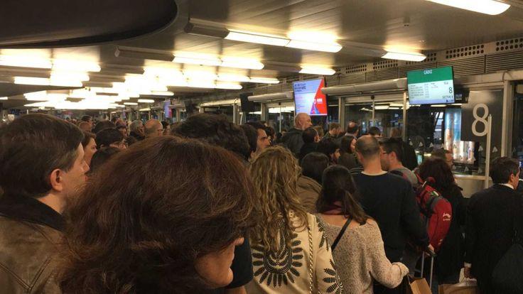 Una avería eléctrica paraliza todas las líneas de Renfe Cercanías de Madrid | http://www.losdomingosalsol.es/20170514-noticia-averia-electrica-paraliza-todas-lineas-renfe-cercanias-madrid.html