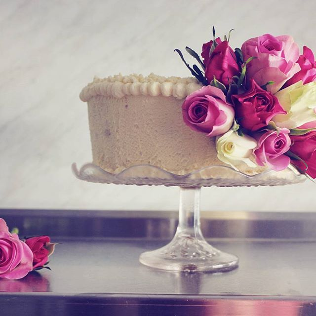 Creamy flower cake 🌹 because, everything should be made as simple as possible, but not simpler. - Albert Einstein #cake #flowers #cakeinspiration #cakedesigner #cakeoftheday #cakegram #madebybelle