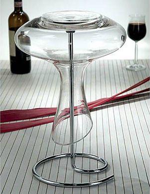 Decantor & suport Scola designed by Excelsa. Decantor cu linii moderne realizat din sticla si un suport din metal cromat, menite sa te ajute sa servesti intr-o maniera potrivita vinul preferat.