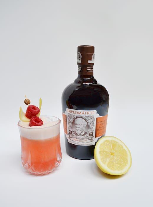 Les cocktails Diplomatico  Recette de cocktail rhum diplomatico, citron jaune, orgeat, framboises